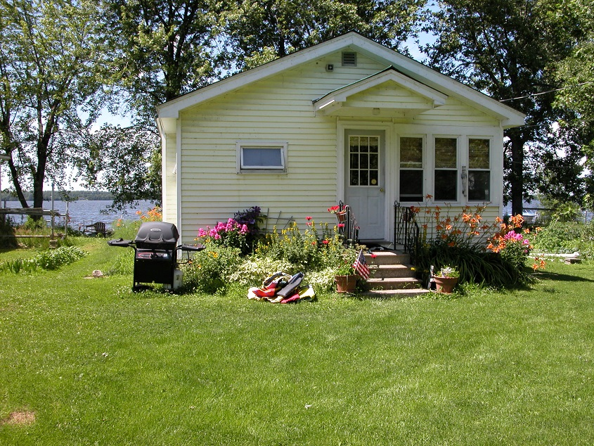A pet friendly cottage on the shore of lake champlain for Lake champlain cabins and cottages